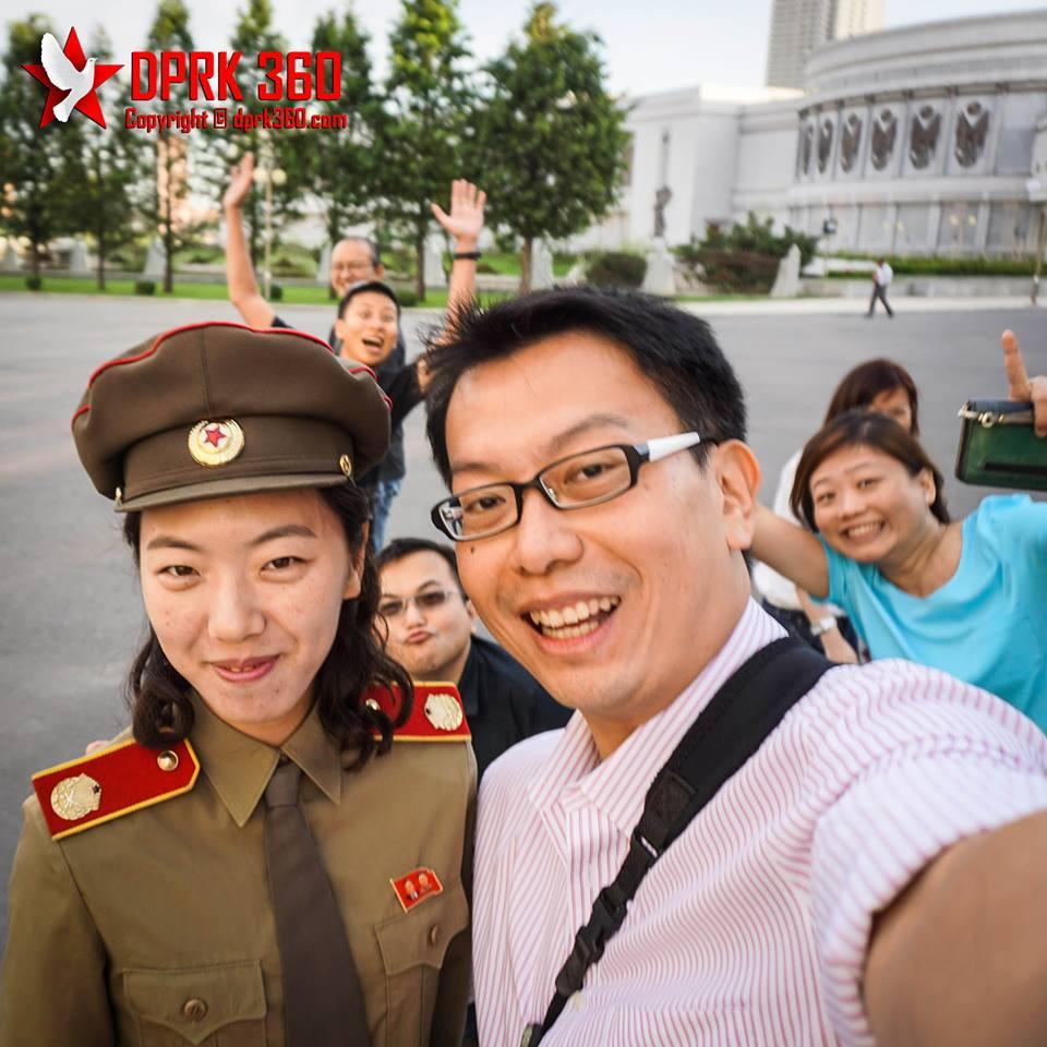 """Pan, uma oficial norte-coreana e os """"roberts"""". Quem disse que o norte-coreano é introspectivo deve rever os conceitos (Aram Pan / DPRK 360)"""